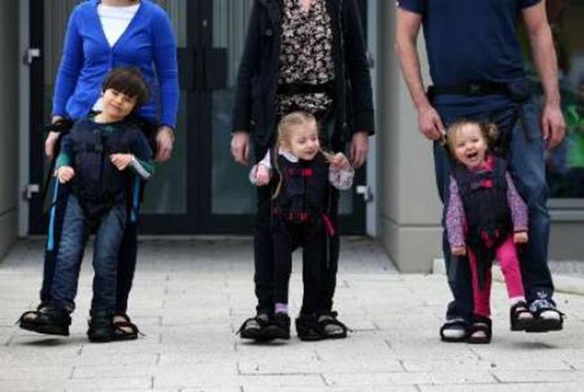 کودکان معلول می توانند با پدر و مادر خود راه بروند