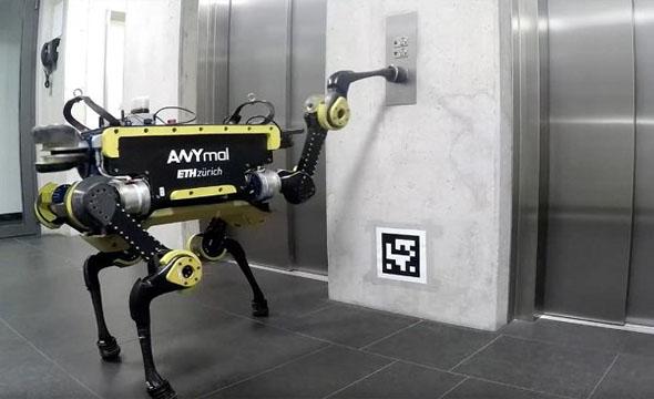 رباتی که به تنهایی سوار آسانسور می شود