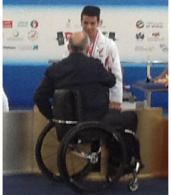 وزنه بردار جوان ایرانی نشان طلای خود را از فیلیپ کریون گرفت