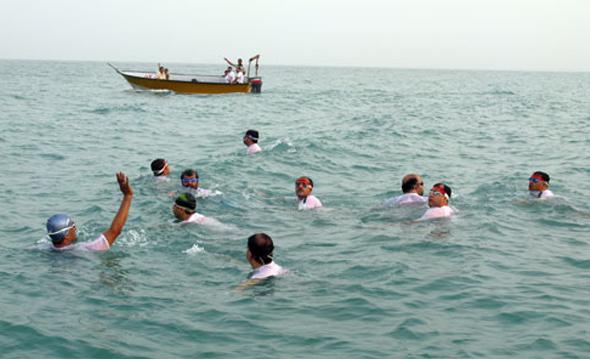 شناگران جانباز و معلول در آبهای نیلگون خلیج فارس شنا میکنند