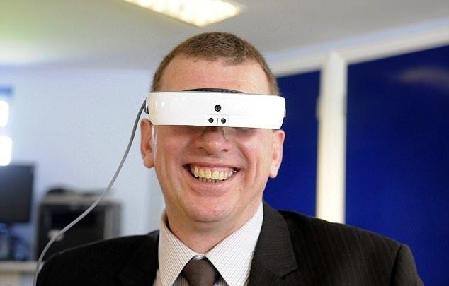 فوتبال دیدن مردی نابینا با کمک یک هدست پیشرفته!