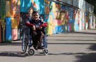 پسری که هنرش نقاب معلولیتش میشود